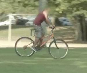 Giustizia istantanea per un ladro di biciclette, ben gli sta!
