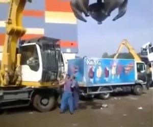 Gru si vendica col camion dei gelati