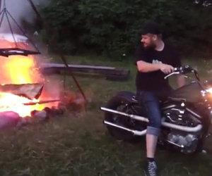 Accende fuoco con una Harley Davidson