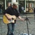 Inizia a suonare in strada, i passanti restano senza parole