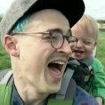 Il papà prende un soffione, la reazione del bambino è fantastica