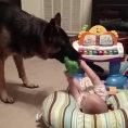 Va dal neonato con un giocattolo in bocca e gioca con lui