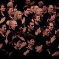 Il coro inizia a sfregarsi le mani, il risultato è davvero suggestivo