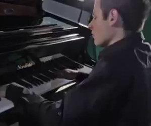 Il pianista più veloce al mondo si esibisce in modo straordinario