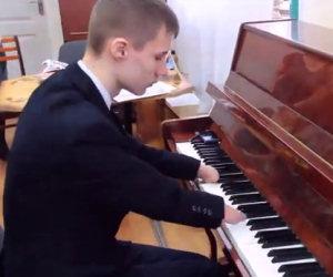 E' nato senza mano ma suona il pianoforte in modo incantevole