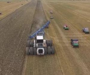 Il trattore più grande al mondo sta lavorando, eccolo all'opera!