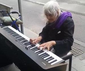Incantevole artista di 80 anni