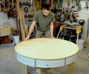 Sembra un normale tavolo in legno ma quando lo ruota, che sorpresa!