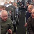 L'aereo è in ritardo ma a bordo c'è una sorpresa per i passeggeri