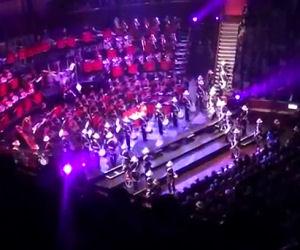 La banda va sul palco e regala uno spettacolo di percussioni unico