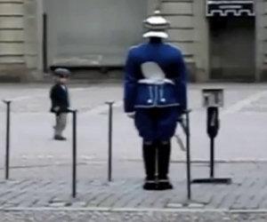 La guardia nota un bambino che la imita e decide di reagire così
