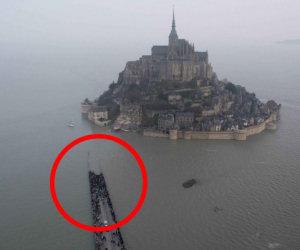 Ecco la marea del secolo, l'acqua sale di 14 metri a Mont Saint-Michel