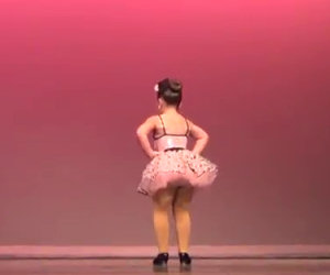 Tre piccole ballerine iniziano l'esibizione, guardate quella al centro!