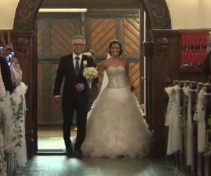 La sposa e il padre entrano in chiesa, ciò che fanno stupisce tutti!