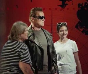 Si fanno una foto con la statua di Terminator ma succede qualcosa...