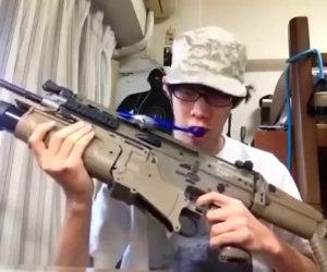 Lavare i denti con un'arma