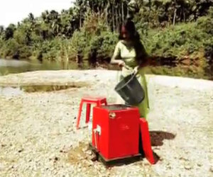 Il metodo che usa questa ragazza per lavare i panni senza elettricità