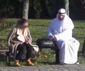 La candid camera dell'arabo con lo zaino che terrorizza i passanti