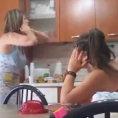 Ragazza napoletana dice alla madre di essere incinta, ecco la reazione