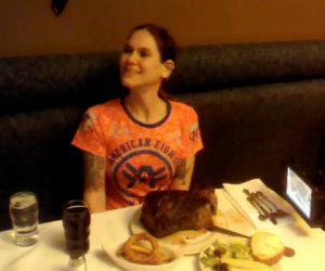 Mangia enorme bistecca in 3 minuti