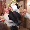 Marito ubriaco prende la moglie in braccio ma combina un disastro