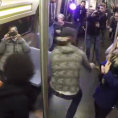 Salgono in metropolitana ma sarà un viaggio diverso da tutti gli altri