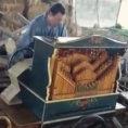 Suona un brano di Michael Jackson con un organo del 1700