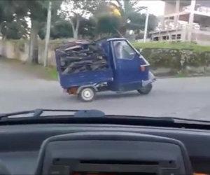 Questa motoape è troppo carica di legna, ecco cosa succede...