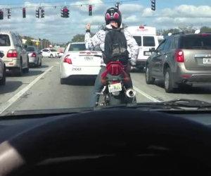 Moto intrattiene la gente al semaforo