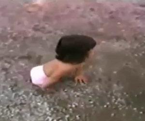 Questa bambina senza gambe viene abbandonata, ecco chi è adesso