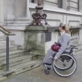 Una donna disabile non può salire le scale, ma preme un pulsante e...