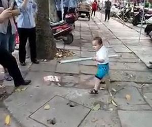 La nonna viene sfrattata, ecco la reazione del nipotino
