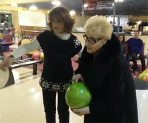 La nonnina fa strike al suo primo tiro con una palla da bowling