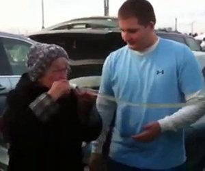 Nonnina beve birra alla grande