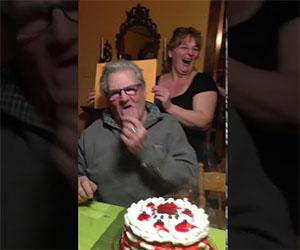 Nonno perde la dentiera mentre soffia le candeline