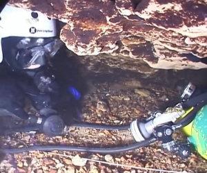 Nuotare in grotte molto strette