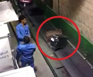 Ecco come gli operatori di un aeroporto distruggono le valigie