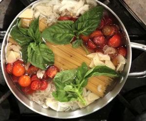 Mette la pasta in padella con tutti gli ingredienti ed ecco cosa fa