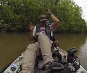 Un pescatore è sul fiume, ad un tratto ecco una sorpresa terrificante