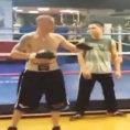 Gli insultano la figlia disabile, pugile esce dal ring e picchia spettatore