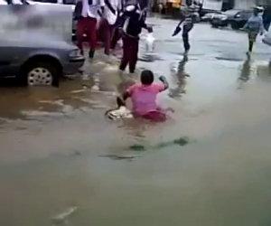 Ragazza cade in una pozza enorme
