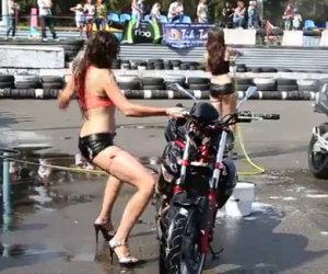 Ragazza lava la motocicletta ma...