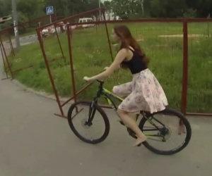 Durante una passeggiata in bicicletta una ragazza perde la gonna