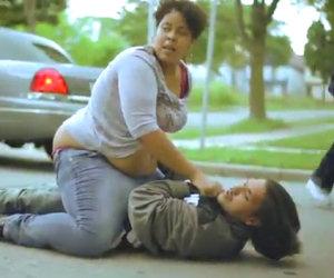 Ragazza picchia il suo fidanzato