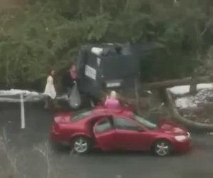Ragazze provano a buttare la spazzatura