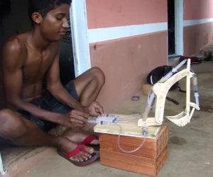 Ecco cosa riesce a fare questo ragazzino usando 8 siringhe