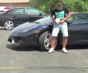Scherzo della cacca sulla Lamborghini