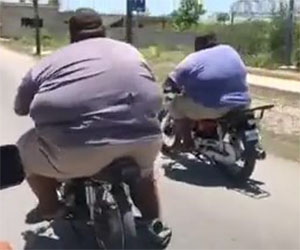 Scontro tra titani, una folle gara in motocicletta