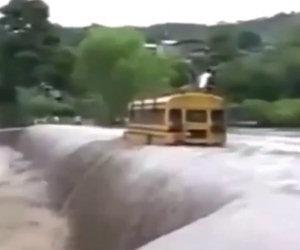 Scuolabus attraversa un'inondazione