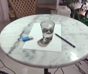 C'è un bicchiere sul tavolo, ma si tratta di un fantastico disegno!
